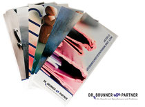 Verschiedene Flyer über die Spezialgebieter der Anwälte einer Rechtsanwaltskanzlei