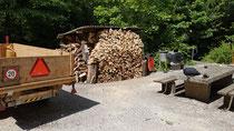 Das Endresultat der Holspalter und Sager. ca. geschätzte 10 m3 fein säuberlich deponiertes Holz beim Kiosk.