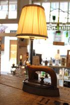 Lampe aus Schrott Bügeleisen