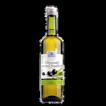 Die Ölmeister verarbeiten die frischen Oliven stets am Tag der Ernte. In der Zentrifuge werden bei der Olivenpaste allein durch die Schwerkraft das leichtere Öl vom Fruchtwasser getrennt. Vor dem Abfüllen wird es über Papier gefiltert.