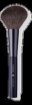Der große, abgeschrägte Pinsel aus weichem Synthetikhaar gibt pudrige Produkte gleichmäßig auf die Haut ab und sorgt für einen natürlich mattierten Teint.