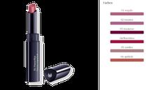 Leichtes Lippenglück: cremig-lichtvolle Textur, leichter Schimmer. Mit Mineralpigmenten und Heilpflanzenauszügen, insbesondere aus Hagebutte, sowie Arganöl und Bienenwachs für weiche, geschmeidige Lippen.