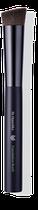 Der flach angeschrägte Pinsel mit leicht gleitendem Synthetikhaar verteilt flüssige Texturen optimal und verleiht einen ebenmäßigen Teint.