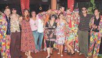 Keine Angst vor grellen Farben, Blumenmuster und Hosen mit Schlag: Bei der Siebziger-Jahre-Party wurde ausgelassen gefeiert.