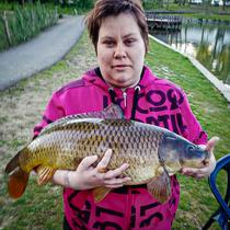 Staschya van Horzen met haar eerste vangst: een schub van 6 kilo op vijver 1 (06/05/2020)