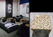 IFA 2012 | TAPE.TV | Nett gemacht: Die Ecke zum Abhängen (so nannte man Chillen früher). Sinn für Humor vermittelt der  - Achtung Wortwitz!- geTAPEte Ikea-Tisch.