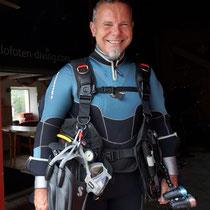 Robert mit seiner Tauchausrüstung in der Nähe des Polarmeeres. © Renée Hansen, Ballstad, Juli 2013