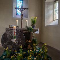 Der frühlingshaft schön geschmückte Altar