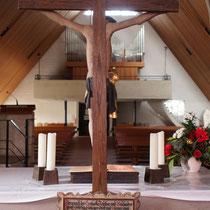 Kruzifix und Kirchenschiff