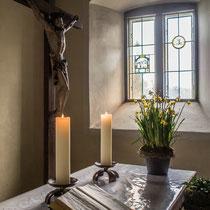 Das Kruzifix mit Kerzenlicht