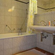 Badezimmer mit Waschmaschine (kein Trockner)