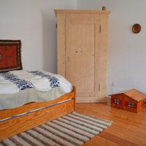 Schlafzimmer mit 2 Betten (eines davon ist ausziehbar)