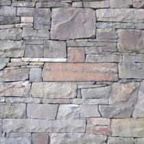 Neue Trockenmauer mit offener Fuge.