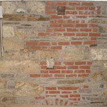 Historisches Mauerwerk mit Ziegel im nicht sichtbaren Bereich.