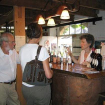 Dégustation au chai de vente - Cave - Boutique du Domaine Pautier - Pineau des Charentes jeune & vieux, jus de raisin pétillant (l'Émous'tillant) et chocolats au Pineau des Charentes