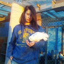 Mi hija Jennifer con su paloma blanca