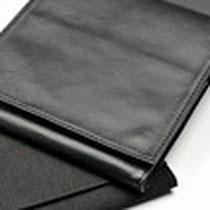 Mapje, zwart nappa-leer, voor op reizen en is plaatssparend  (gesloten)