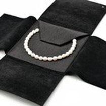 Mapje, zwart nappa-leer, voor op reizen en is plaatssparend  (geopend met vb parelketting)