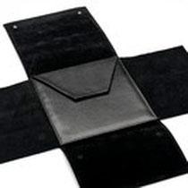 Mapje, zwart nappa-leer, voor op reizen en is plaatssparend  (geopend)