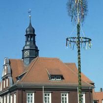 Maibaum am Rathaus Ronneburg in Thüringen