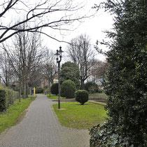 Längsblick in die Grünanlage Rabbiner Neumark- Weg, Aufnahme-Datum: 07.04.2006