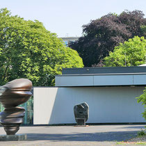 Skulpturenhof, im Vordergrund Cast Glances, im Hintergrund der Prophet,  Aufnahme-Datum: 26.05.2018