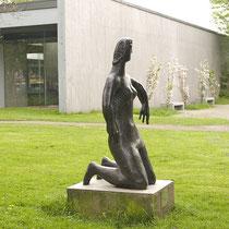 Seitenansicht im Frühling vor dem Eingangsbereich des Lehmbruck-Museums, Aufnahme-Datum: 17.04.2009