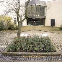 Skulpturen-Ensemble bestehend aus 2 Tafeln, Baum und Rosenbeet, Aufnahme-Datum: 02.12.2013