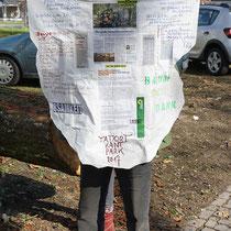 Chinmayo mit Protest-Banner gegen die Baumfällungen in Duisburg, HK. 13.03.2017