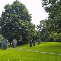 Skulpturen vor einer grünen Wand,  fast alle Bäume und das Strauchwerk wurden bei der Neugestaltung gerodet. Aufnahme-Datum: 01.09.2004