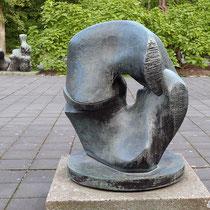 Blick in Richtung Park, im Hintergrund eine weitere Skulptur von Henry Moore, Aufnahme-Datum 07.09.2019