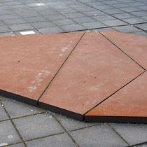 Skulptur aus 5 Stahlplatten im Skulpturenhof, Aufnahme-Datum: 07.09.2019
