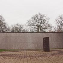 Skulptur auf dem Vorplatz im Eingangsbereich des Museums, Aufnahme-Datum: 03.02.2013