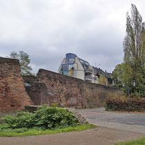 Links im Bild der  Koblenzer Turm, rechts die markanten Säulenpappeln,  Aufnahme-Datum: 11.11. 2005