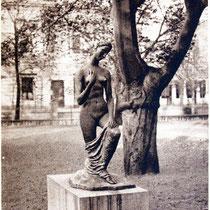 Alte Postkartenansicht der Knienden in der Grünanlage König-Heinrich-Platz vor einer Blutbuche