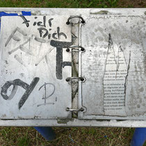 Durch Vandalismus beschädigte nicht mehr lesbare Tafel,Aufnahme-Datum: 12.02.2020