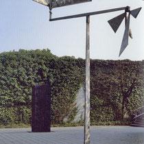 Bewegliche Installation vor der damals noch mit Efeu bewachsenen Mauer des Lehmbruck-Museums