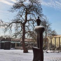 Winterimpression, Große Nike mit der Baumskulptur im bildnerischen Wettstreit, Aufnahme-Datum: 08.12.2012