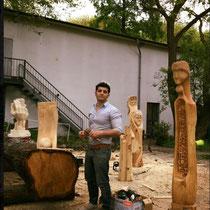Im Garten der cubus kunsthalle, Mohamad inmitten seiner Skulpturen, HK. Mai 2017