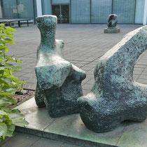 Blick in den Skulpturenhof, im Hintergrund eine weitere Skulptur von Henry Moore (Locking Piece) Aufnahme-Datum: 07.09.2019