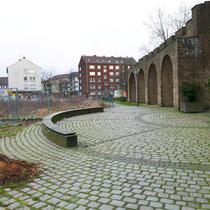 Weg und Stadtmauer im Bereich des Mahnmals, ausgefräste Wurzeln der Ungarischen Eichen, Aufnahme-Datum:  22.02.2020