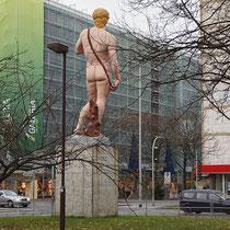 Skulptur im Winter mit ersten Verschmutzungen und witterungsbedingten Schäden, Aufnahme-Datum: 03.12.2012