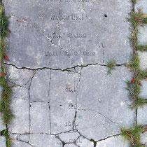 Zerstörte Tafel mit hebräischer Inschrift, Aufnahme-Datum: 14.09.2019