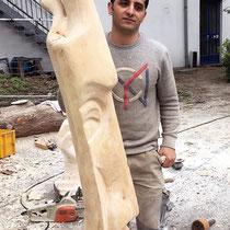 Im Garten der cubus kunsthalle, Mohamad und seine Skulptur, noch im Rohzustand, HK. Mai 2017