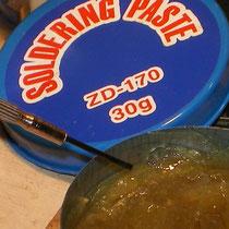 Dalla scatolina di pasta salda, ne preleveremo un po' sulla punta di un cacciavitino.
