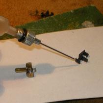 Il gancio andrà lubrificato nella zona in cui presserà la molla.