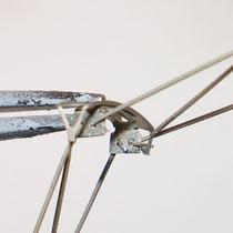 Dopo averli tagliati, i bracci superiori vanno inseriti nel supporto dello strisciante.