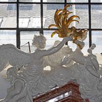 Restaurierung Karlskirche Wien 2007-2008 Glanzstuckfiguren am Giebel Seitenaltar