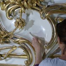 Schloss Schönbrunn Restaurierung Große Galerie 2010-2012 Polieren der Polierweißfassung
