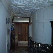 Gang neben dem Treppenhaus im 1. Obergeschoss mit Geländer